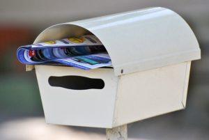 Briefkasten mit Zeitungsrolle